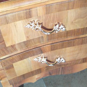 Comoncino in legno naturale stile Liberty