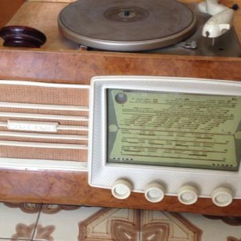 RADIO ANTICA A VALVOLE , MARCA WATT RADIO. ANNO 1952. MATERIALE RADICA DI NOCE