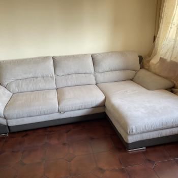 Vendesi ampio divano angolare destro ottime condizioni