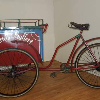 Bicicletta con carretto portagiornali