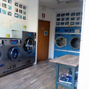 Vendo lavatrici e asciugatrici e altri elementi per lavanderia self service